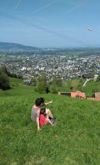 <p>Judith (30) und Jakob (2,5) genießen die Aussicht über Dornbirn an einem herrlichen Frühlingstag.</p>