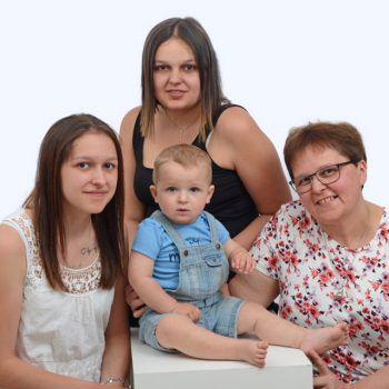 "<p class=""caption"">Katharina (21), Jaqueline (18) und Noah (1) mit Mama und Oma.</p>"