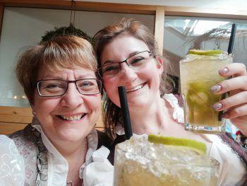 Katrin (25) mit Mama Edith (54), die zusammen arbeiten und auf dem Bild gerade ein feines Päuschen machen.
