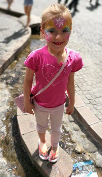 <p>Lisanne (6) aus Dornbirn genießt die Sonnenstrahlen.</p>