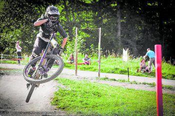 """<p class=""""caption"""">Marina Zechner heizt im Bikepark Brandnertal den Männern davon. Fotos: T-Gang</p>"""