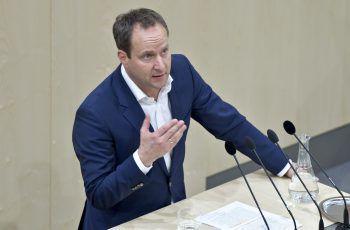 """<p class=""""caption"""">Nach fast sieben Jahren an der Spitze der NEOS kündigte Gründer Matthias Strolz vor rund zwei Wochen seinen Rücktritt an. Fotos: APA, handout/NEOS</p>"""
