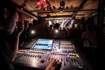 Zahlreiche Besucher und Fans fanden den Weg ins Conrad Sohm, um die heimischen Bands zu unterstützen.Fotos: Sams