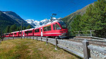 Der Bernina-Express verspricht eine atemberaubende Fahrt durch die schweizer Berge.