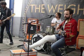 Auf den Spuren von Dave Grohl: Auch mit Gips wird für die Fans gespielt. Foto: W&W/Purin