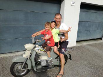"""<p class=""""caption"""">Eine Einsendung von Sonja: """"Nico (4) und Timo (7) mit ihrem super Daddy Peter bei der ersten Ausfahrt.""""</p>"""