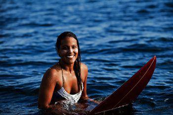 """<p class=""""caption"""">Kathrin Grabher ist auf dem Surfboard in ihrem Element. Fotos: handout/privat, Anita Fuchs</p>"""