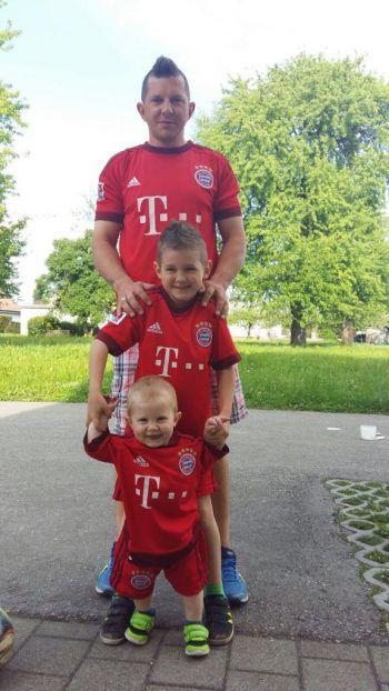 """<p class=""""caption"""">Papa Thomas mit seinen beiden Söhnen, Luca (9) und Tiago (3).</p>"""