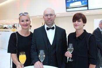 """<p class=""""caption"""">Sabine und Alexander Sprenger mit Verena Moosmann.</p>"""