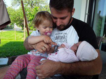 """<p class=""""caption"""">Stjepan mit seinen zwei Mädls Elena und Malina.</p>"""