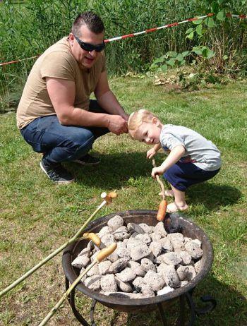 "<p class=""caption"">Zwei Grillmeister: der stolze Papa Patrick mit Sohn Noah.</p>"