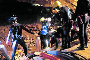 17 Tage mussten die zwölf Jungen und ihr Fußball-Trainer in der Dunkelheit der Höhle ausharren – bis zur Rettung durch Thai Navy Seals.