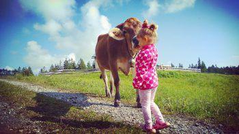 """<p class=""""caption"""">Aileen (3) verbringt den Sommer am liebsten bei Oma und Opa auf der Alpe.</p>"""