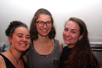 """<p class=""""caption"""">Anna Lutz, Corinna Zeitfogel und Julia Sammer bedienten die vielen Gäste im OG.</p>"""