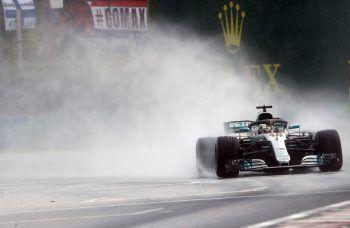 Bei den schwierigen und wechselnden Bedingungen holte sich Mercedes-Pilot Lewis Hamilton seine 77. Pole-Position.Foto: AP