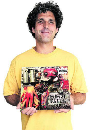 Bernhard mit dem Album von Frank Zappa.
