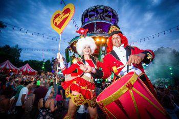 <p>Boom. Fröhlich: Verkleidet und bestens gelaunt feiern die Besucher beim Tomorrowland-Festival.</p>