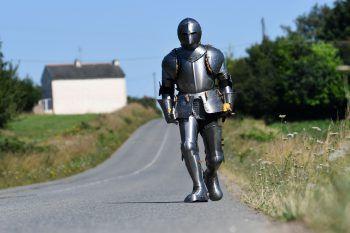 <p>Carnoet. Massiv: Der französische Performance Artist Abraham Poincheval marschiert in einer Ritterrüstung 170 Kilometer durch die Bretagne.</p>