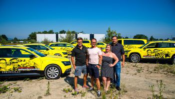 """Das Antenne Vorarlberg-Team mit den neuen """"Taxi 9011""""-Autos.Foto: Antenne Vorarlberg"""