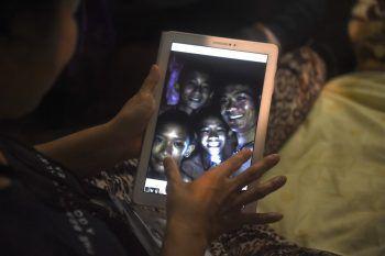 """<p class=""""caption"""">Die Bilder der ersten Kontaktaufnahme gingen um die Welt. Fotos: AFP, Reutesrs, Thai Navy Seals </p>"""