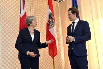 Die britische Premierministerin Theresa May und Bundeskanzler Sebastian Kurz trafen am Freitag am Rande der Salzburger Festspiele aufeinander.  Foto: AP