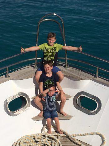 """<p class=""""caption"""">Die Brüder Noah, Jason und Emilio lieben den Sommer!</p>"""