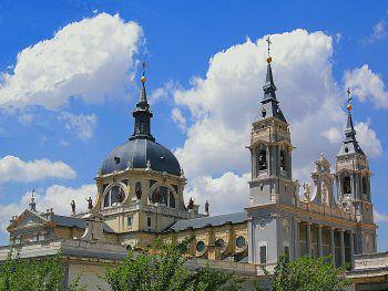 Die Kathedrale la Almudena zählt zu den Sightseeing-Highlights in Madrid.