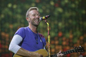 """<p class=""""title"""">Chris Martin</p><p>Coldplay-Sänger Chris Martin spielte in seinem Studio ein unterhaltsames 30-minütiges Solokonzert mit Klavier und Gitarre.</p>"""
