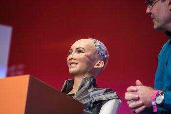 """<p>Hongkong. Künstlich: """"Sophia The Robot"""" aus dem Hause Hanson Robotics spricht während einer Technologie-Konferenz vor Publikum.</p>"""