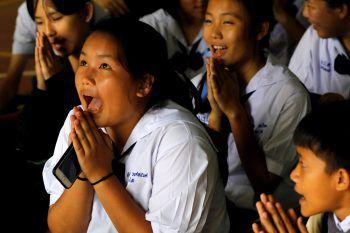 """<p class=""""caption"""">Klassenkameraden beteten für die glückliche Rettung ihrer Schulkollegen.</p>"""