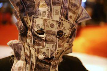 <p>Lima. Skurril: Mit einer Maske aus Dollar-Noten macht ein Demonstrant auf Korruption aufmerksam.</p>