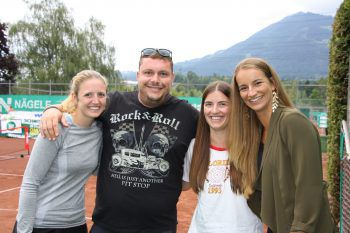 """<p class=""""caption"""">Martin Weinzerl mit Katharina, Raphaela und Lisa.</p>"""