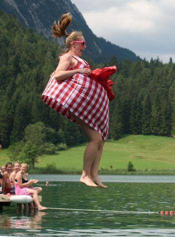 """<p>Mittenwald. Mutig: Traditionell gekleidet geht's beim """"Dirndl Flugtag"""" ins kühle Nass.</p>"""