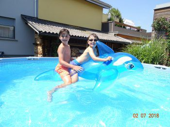 """<p class=""""caption"""">Theo und Julian lieben es, im Wasser zu plantschen.</p><p class=""""caption"""" />"""