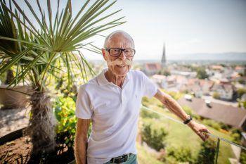 WANN & WO besuchte Armin Fink in seinem Haus in Schwarzach, von wo aus er einen herrlichen Ausblick auf das Rheintal hat. Fotos: Sams