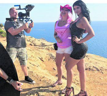 """""""Cowgirl Isa"""", Micaela Schäfer und Robert (links) mit seiner Filmcrew wurden beim Videodreh auf Mallorca auch von einem TV-Team begleitet. Wo die so entstandene Reportage gezeigt wird, ist aber noch Top Secret.Fotos: handout/Robert Giggenbacher, mpro-net.tv, Facebook/Buddy"""
