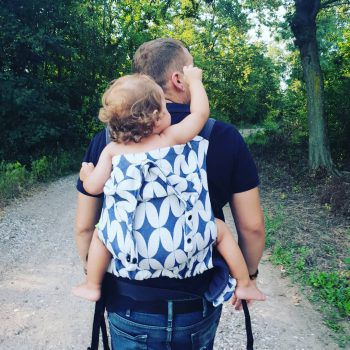 "<p class=""caption"">Daniel (27) mit Töchterchen Emma (1) beim Spaziergang in Bosnien.</p><p class=""caption"" />"
