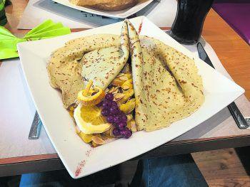 Der Klassiker: Crêpe Casimir mit Hühnerbruststreifen an Curry-Kokos-Rahmsauce mit exotischen Früchten und gerösteten Mandeln. Fotos: W&W
