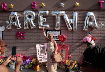 <p>Detroit. Respektvoll: Eine Frau gedenkt der verstorbenen Sängerin Aretha Franklin in Michigan.</p>