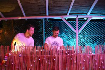 """<p class=""""caption"""">Die DJs sorgen für coolen Sound.</p>"""