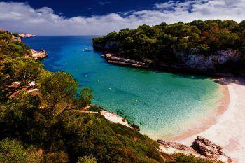 Die Insel Mallorca ist berühmt für ihre schönen Sandstrände, türkisblaues Wasser und versteckte Buchten, die zum Träumen einladen.Foto: handout/High Life Reisen