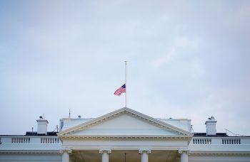 Die US-Flaggen bei Regierungsgebäuden hängen auf Halbmast.Foto: APA