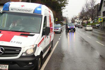 Die Verletzten wurden mit der Rettung ins LKH Bregenz gebracht. Symbolfoto: VOL.AT