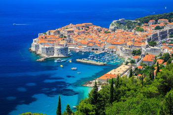 Dubrovnik verzaubert mit kleinen Geschäften, gemütlichen Cafés und dem Blick auf türkisblaues Meerwasser. Fotos: handout/Weiss Reisen
