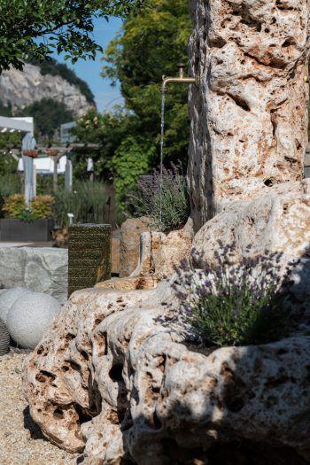 """<p class=""""caption"""">Ein Unikat: Dieser einzigartige Natursteinbrunnen ist ein unnachahmliches Juwel. </p>"""