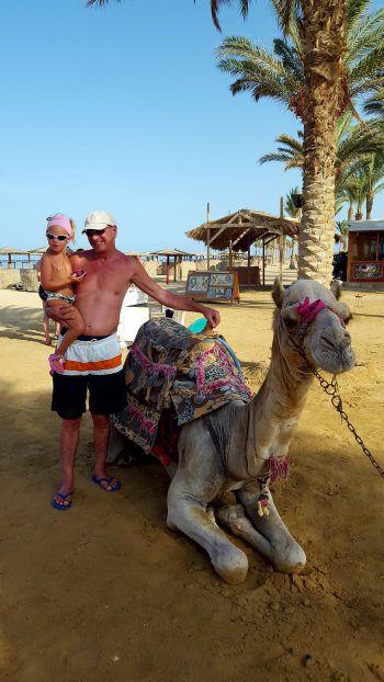 """<p class=""""caption"""">Ella-Louise (4) aus Bludenz mit ihrem Göti Otmar und Kamel """"Micky Mouse"""" im Urlaub in Ägypten.</p>"""