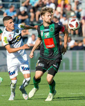 Emir Karic (links) im Spiel gegen Wacker Innsbruck.Foto: APA/Stiplovsek