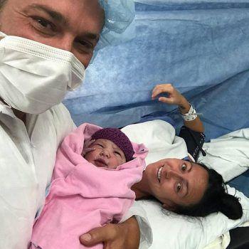 Familienglück: Justin Biebers Papa im Kreißsaal mit dem neugeborenen Halbschwesterchen des Superstars.