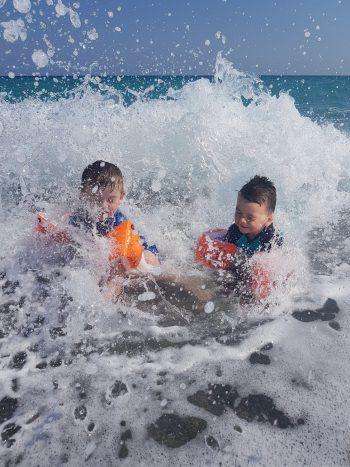 Francesco (3) und Tiziano (2) beim Wellenreiten in Cariati, Kalabrien. Fotos: Privat