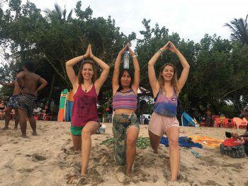 """<p class=""""caption"""">Gloria auf Bali, mit ihrer neuen Freundin Silvia und Schwester Nicole.</p>"""